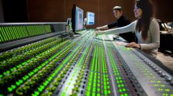 Das Themenbild Audio der Zukunft zeigt Digitalpult zum Abmischen von Ton.