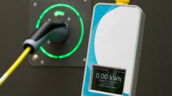 Das Themenbild Elektromobilität zeigt eine elektrische Ladestation und einen Stromzähler für Autos.