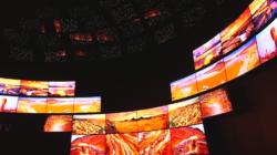 Das Themenbild Fernsehen der Zukunft zeigt eine viele Curved-TVs, die zu einer Kuppel zusammen gesetzt sind und spezielle Bildeffekte zeigen.
