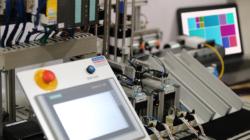 Das Themenbild Industrie 4.0 zeigt eine Industrieanlage mit Digitalsteuerung.