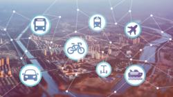 Das Themenbild Neue Mobilität zeigt im Hintergrund eine Stadt und darauf ein vorstellbares Verkehrsnetz und verschiedensten Transportmitteln.
