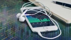 Das Themenbild Semantische Medienanalyse zeigt ein Smartphone, auf dem musikalische Frequenzen und Analysen angezeigt werden.