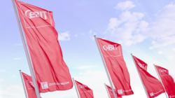 Das Themenbild CeBIT zeigt die CeBIT-Fahnen vor dem Messegelände.
