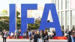 Das Themenbild IFA zeigt die Messe Berlin mit einem großen IFA-Aufsteller.