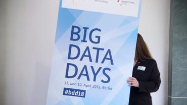 Foto des Aufstellers zu den Big Data Days 2018 in Berlin mit Schriftzug und Hashtag