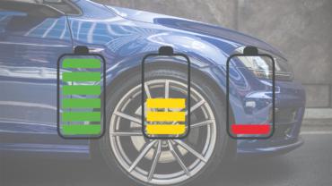 Der vordere Teil eines dunkelblauen Autos hinter drei Batterie-Icons