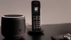 Bild des Smart Speakers neben einem Telefon
