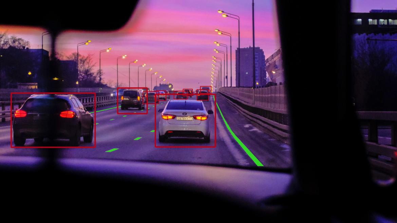 Durch die Kamera-Radar Fusion sehen können automatisierte Fahrzeuge unter anderem den Abstand zu anderen Fahrzeugen, aber auch den Fahrstreifen erkennen und auf diese Informationen angemessen reagieren. (Symbolbild)