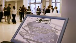 Bild des Begrüßungsaufstellers zur Veranstaltung Science&People V: Wie Social Bots den öffentlichen Diskurs verändern
