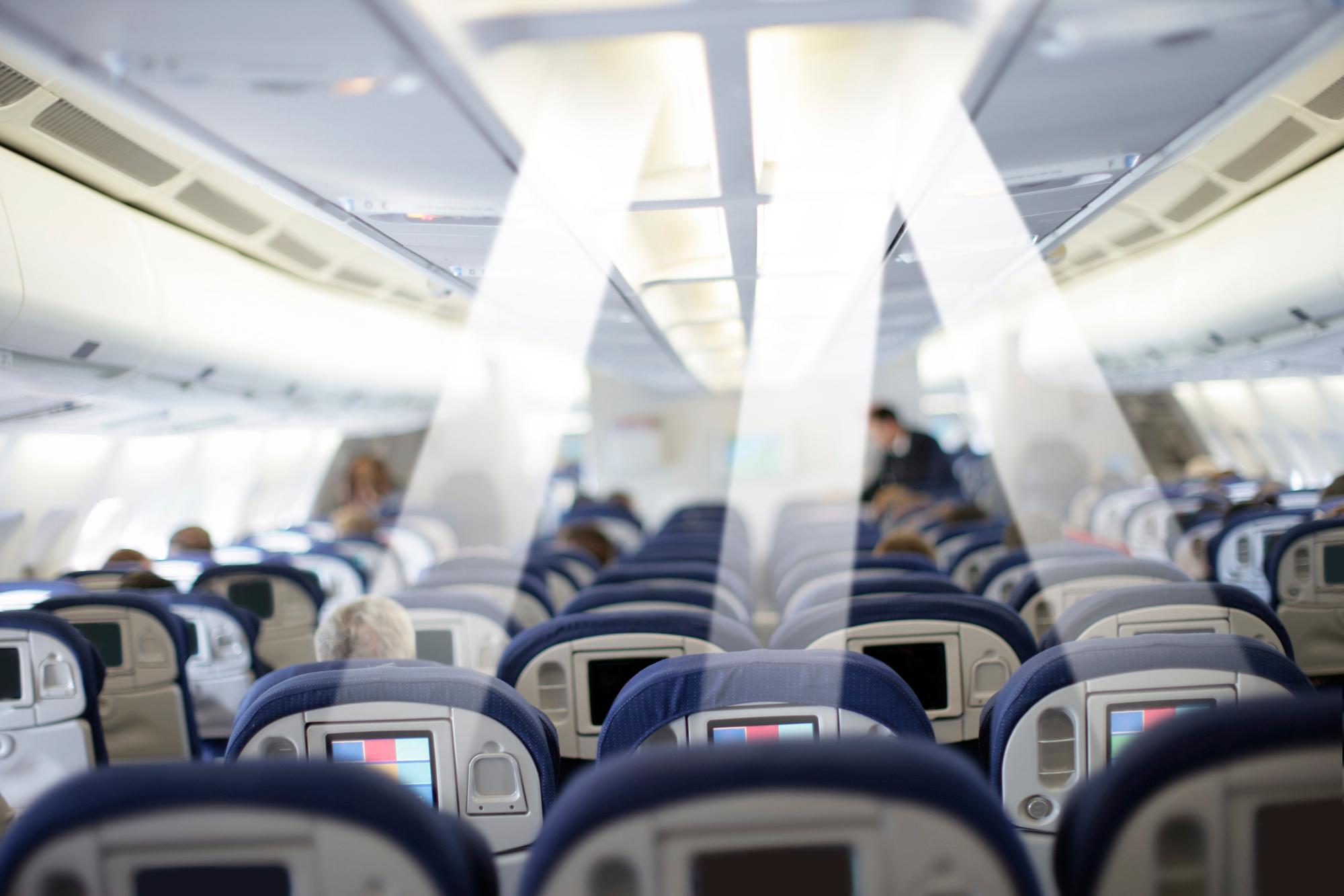 In Flugzeug oder Bahn übernimmt die Leseleuchte über dem Sitzplatz künftig auch den Datentransfer