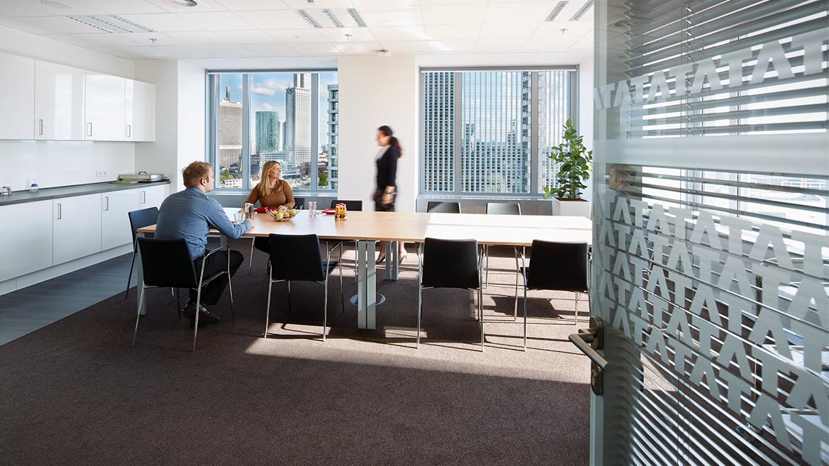 Lunchraum mit Blick auf die Frankfurter Skyline, separierte Kommunikationszonen, frei wählbare Arbeitsplätze: Eine Vielzahl an Maßnahmen tragen zur Schaffung eines attraktiven, multifunktionalen Arbeitsumfelds bei.